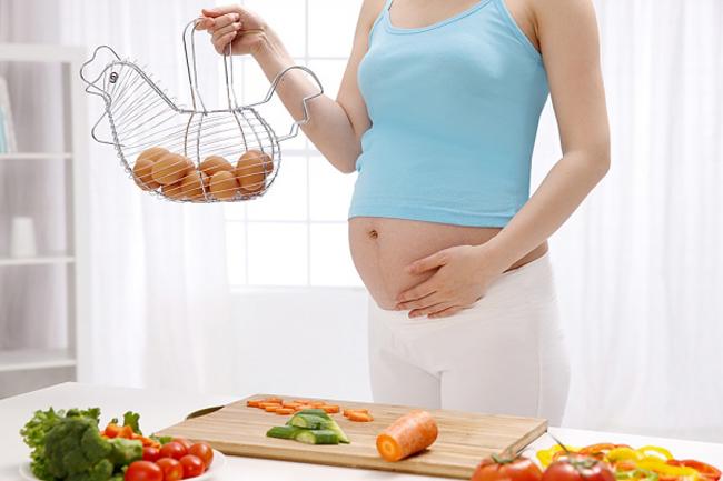 Việc ăn uống trong thời gian mang thai là vô cùng quan trọng. Chị em bầu luôn được khuyên phải ăn uống cân bằng, đẩy đủ dưỡng chất. Tuy nhiên điều đó không có nghĩa là bạn được ăn tất cả mọi thứ mình muốn. Việc chọn lựa thực phẩm là rất cần thiết để tránh những rủi ro có thể xảy ra cho mẹ và thai nhi. Mẹ bầu nên tránh những thực phẩm này vì nếu ăn nhiều sẽ đối mặt với nguy cơ sảy thai cao.