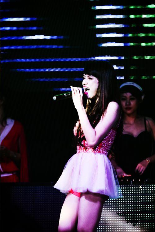 huong giang idol bat ngo bi fan cuong om hon - 9