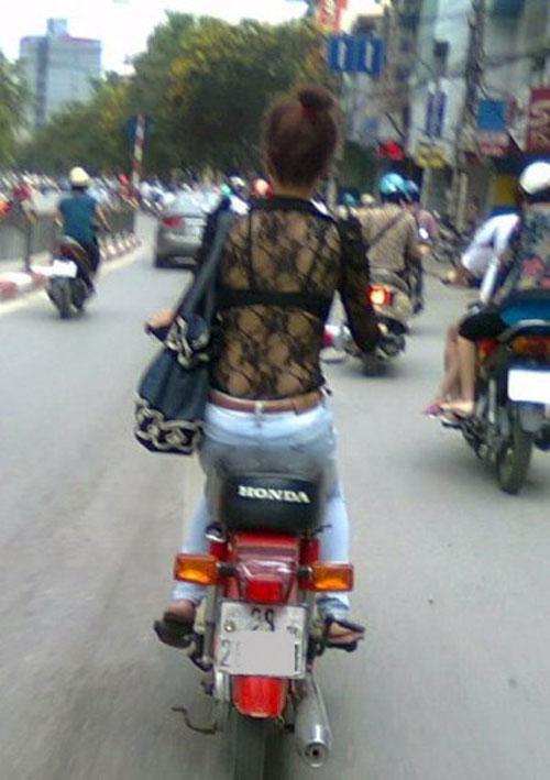 choang voi vay ao trong suot dao pho cua thieu nu viet - 8
