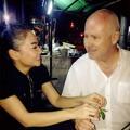 Làng sao - Thu Minh hạnh phúc chăm sóc chồng Tây