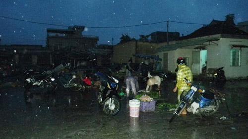 """Dân """"chạy"""" vào khách sạn tránh bão Haiyan - 1"""