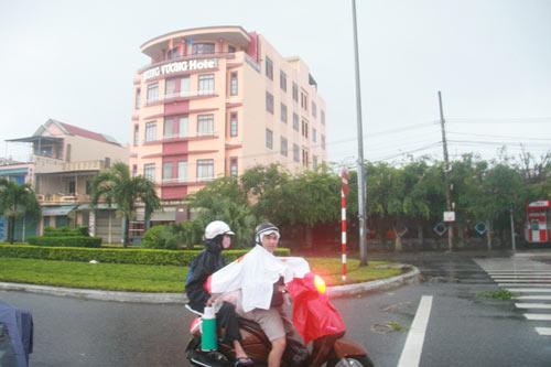 """Dân """"chạy"""" vào khách sạn tránh bão Haiyan - 2"""