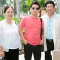 Làng sao - Bằng Kiều được mẹ và anh trai tiễn ra sân bay