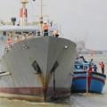 Hải quân cứu tàu ngư dân gặp nạn ở Trường Sa