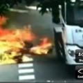 Tin tức - Video: Va chạm với xe tải, tài xế bốc cháy