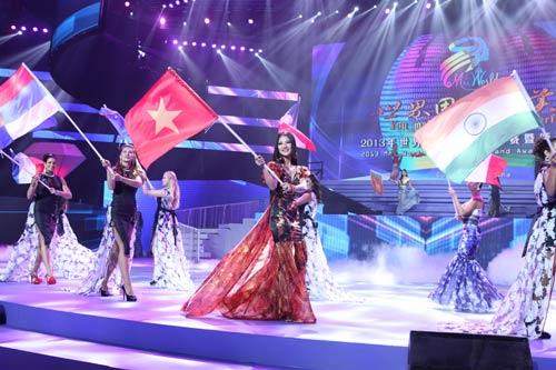 tran thi quynh lot top 6 mrs world 2013 - 3