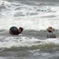 Tin tức - Trẻ nhỏ vật lộn với sóng biển để… lượm ve chai