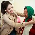Làng sao - Nguyễn Thị Loan mang khăn ấm đến cho người già