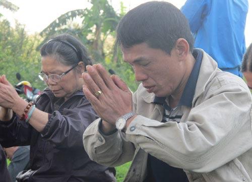 2 con trai chi huyen tim xac me duoi day song hong - 3