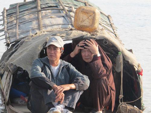 2 con trai chi huyen tim xac me duoi day song hong - 6