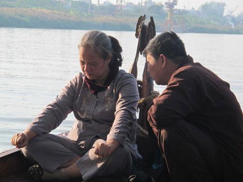 2 con trai chi huyen tim xac me duoi day song hong - 7