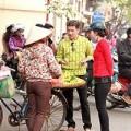 Làng sao - Đàm Vĩnh Hưng giản dị đi mua sắm ở vỉa hè HN