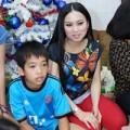 Làng sao - Ca sĩ Hà Phương trao quà Noel cho các em nhỏ
