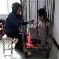 Tin tức - TQ: Mẹ nhốt con trong cũi sắt suốt hơn 40 năm