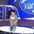 Làng sao - Quân Kun quỳ gối cầu xin giám khảo VN Idol
