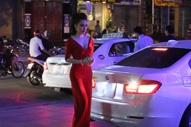 angela phuong trinh mac long lay di choi bar - 2