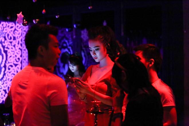 angela phuong trinh mac long lay di choi bar - 6