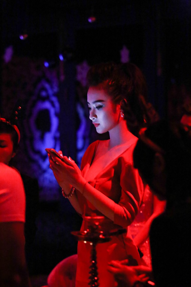angela phuong trinh mac long lay di choi bar - 7