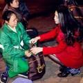 Làng sao - Trà Ngọc Hằng tặng khăn ấm cho người nghèo