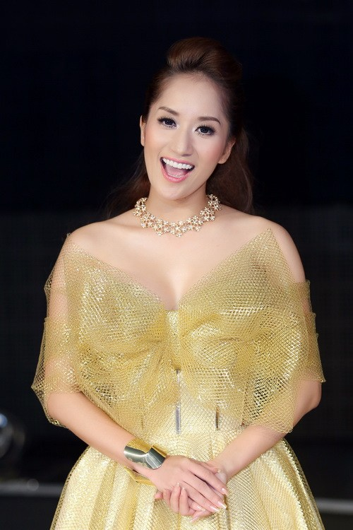 khanh thi lam 'cong chua' khoe vong 1 goi cam - 12