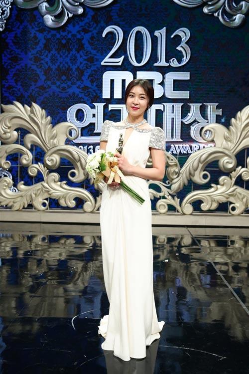"ha ji won nhan ""cu dup"" tai le trao giai dai mbc - 2"
