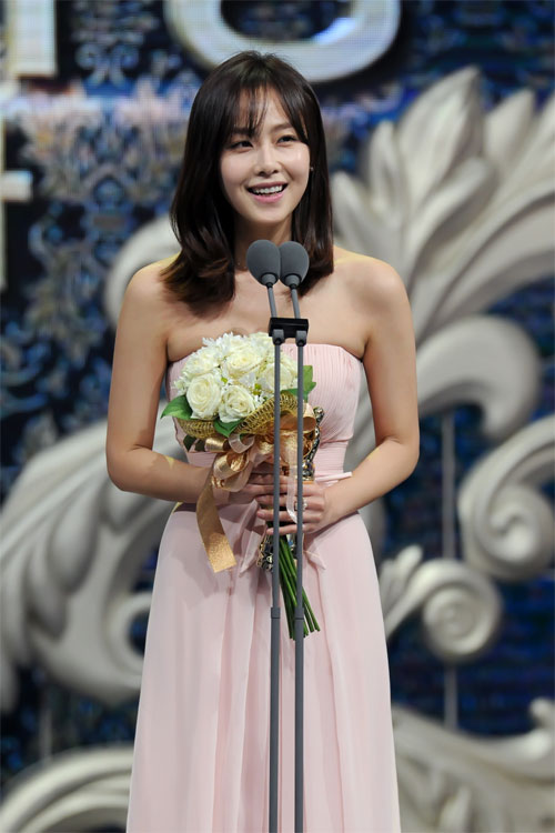 "ha ji won nhan ""cu dup"" tai le trao giai dai mbc - 11"