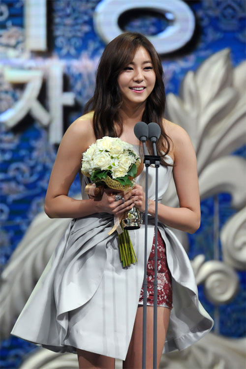 "ha ji won nhan ""cu dup"" tai le trao giai dai mbc - 13"