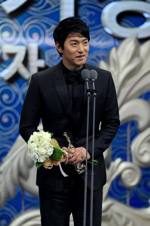 "ha ji won nhan ""cu dup"" tai le trao giai dai mbc - 18"