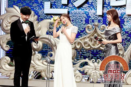 "ha ji won nhan ""cu dup"" tai le trao giai dai mbc - 3"