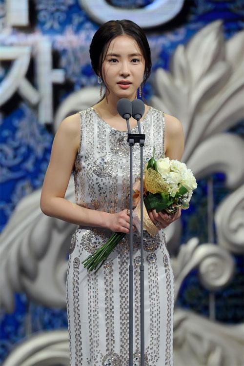 "ha ji won nhan ""cu dup"" tai le trao giai dai mbc - 8"