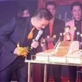 Làng sao - Mr. Đàm được tặng bánh sinh nhật dát 100 chỉ vàng