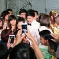 Làng sao - Đan Trường bị fan hâm mộ bao vây tại Hà Nội
