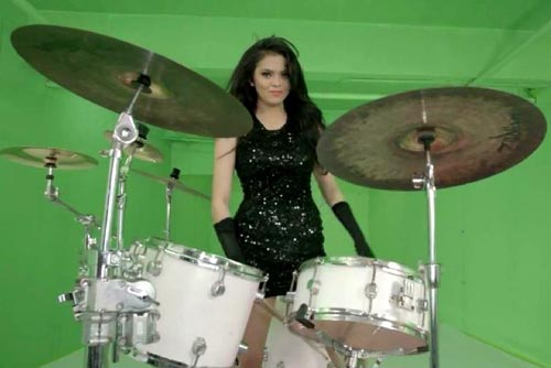 Chân dung cô gái xinh đẹp chơi trống hút hàng triệu lượt xem-15