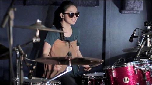 Chân dung cô gái xinh đẹp chơi trống hút hàng triệu lượt xem-1
