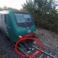 Làm mẹ - Thót tim: cậu bé tự nằm trên đường ray cho tàu lao qua