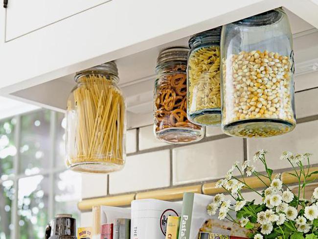 1. Hộp các-tông  Hãy quẳng ngay những hộp các-tông và túi ni-lon đựng ngũ cốc, đồ ăn nhẹ và đồ khô trong nhà. Chúng rất xấu xí, tốn nhiều không gian và không thể bảo quản tốt thực phẩm. Thay vào đó, bạn hãy lựa chọn các bình thủy tinh hoặc các hộp nhựa kín.