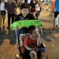 Tin tức - Trẻ nhỏ thích thú với trò đạp xích lô trên phố cổ