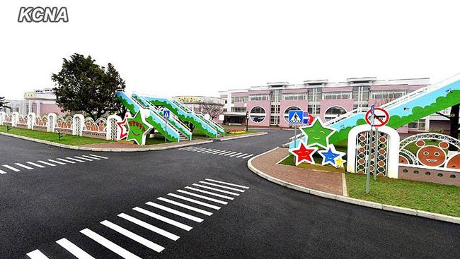 Ngày 27/10 vừa qua, Bình Nhưỡng vừa mới khánh thành một trường mẫu giáo với quy mô khổng lồ và hiện đại vào loại bậc nhất ở Bắc Triều Tiên. Được biết, chi phí xây dựng trường mẫu giáo này lên tới hàng tỷ đồng.