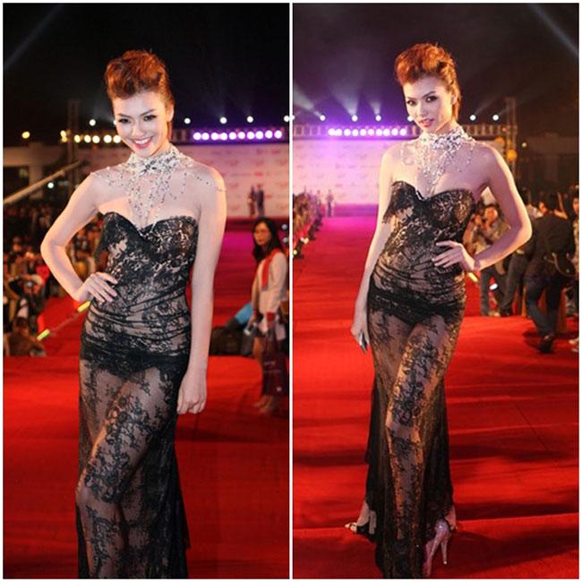 Chiếc váy gây 'rúng động' nhất trong lịch sử Liên hoan phim Việt Nam phải kể đến váy xuyên thấu của chân dài Hồng Quế vào năm 2012.