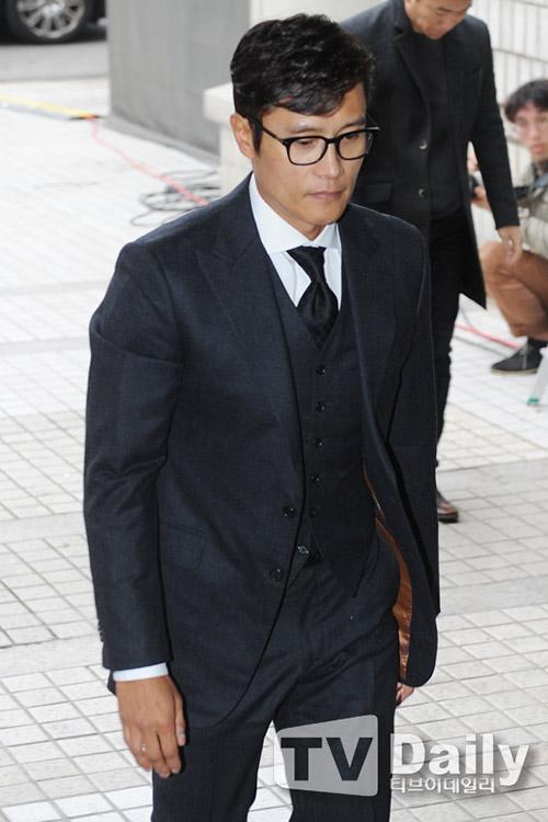 Lee Byung Hun cúi đầu xin lỗi khi tới tòa-3