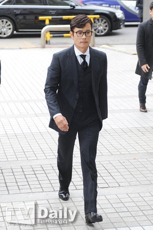 Lee Byung Hun cúi đầu xin lỗi khi tới tòa-2