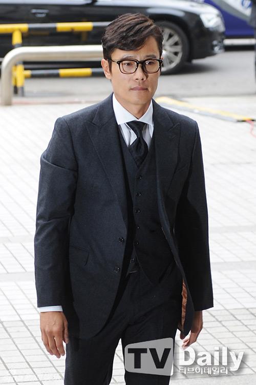 Lee Byung Hun cúi đầu xin lỗi khi tới tòa-5