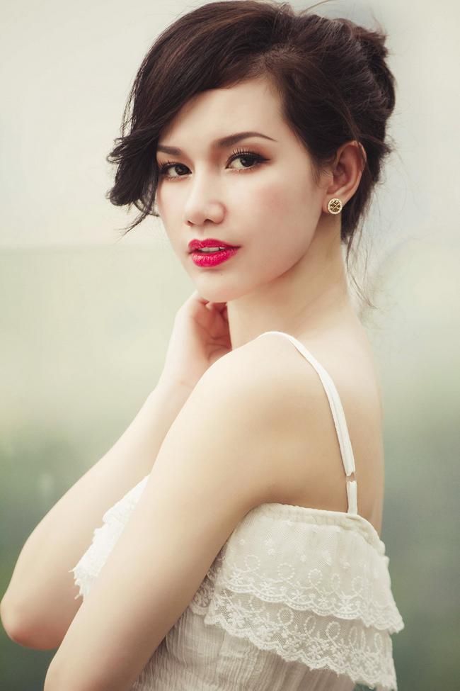 """Quỳnh Chi khiến người đối diện ngẩn ngơ với nhan sắc """"gái một con"""" đầy quyến rũ."""