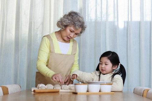"""Nản với bà nội """"ki"""" tiền thịt cho cháu-1"""