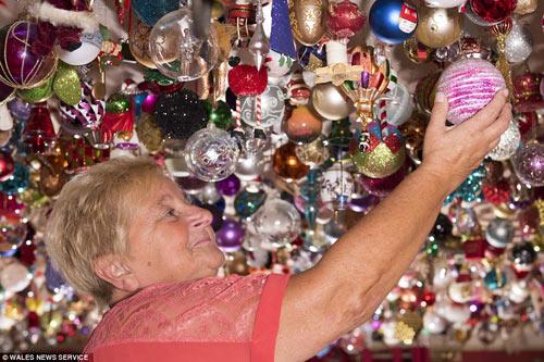Người phụ nữ trang trí Giáng sinh bằng 2.061 quả bóng-2