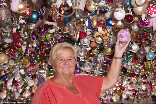 Người phụ nữ trang trí Giáng sinh bằng 2.061 quả bóng-3