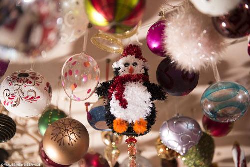 Người phụ nữ trang trí Giáng sinh bằng 2.061 quả bóng-5