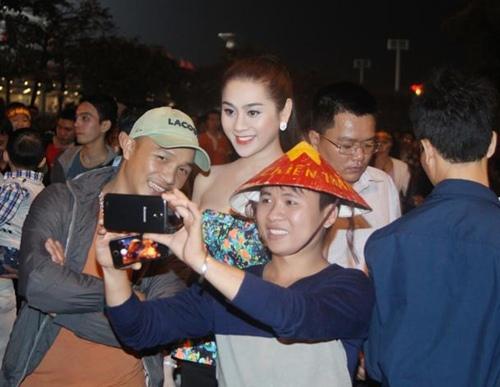 Lâm Chi Khanh gợi cảm đi xem bóng đá - 4