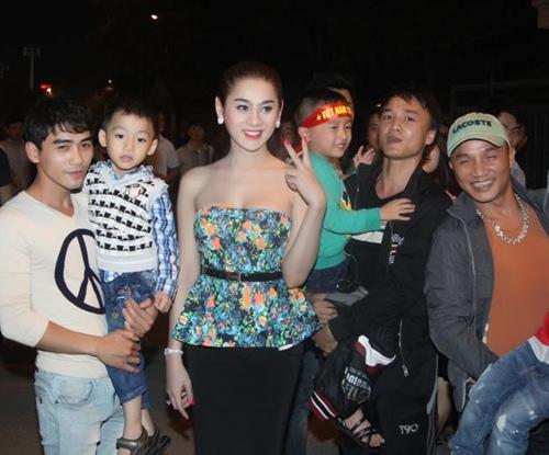 Lâm Chi Khanh gợi cảm đi xem bóng đá - 5