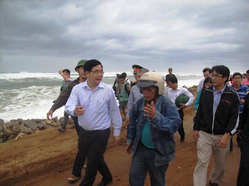 Phú Yên – Bình Định: Nhà sập, cây xác xơ sau bão số 4 - 2
